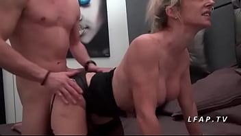 Lingerie mom cougar - Maman cougar aux gros seins en lingerie se fait ramoner comme une chienne