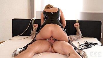 British Dominatrix Stacey Saran spanks and rides her submissive stud 22分钟