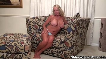 American milf Kyle stuffs her shaven pussy with a dildo