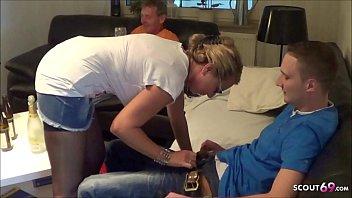 Cuckold Ehemann guckt zu wie reife Ehefrau den Pizza Jungen fickt - German MILF