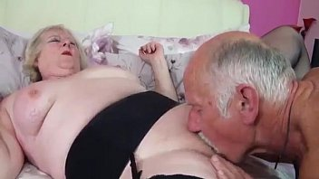 Sexually mature couples Una experiencia sexual de una pareja de adultos