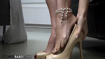 FootsieBabes Making Herself Pretty Before Seducing Her Man With Her Feet 10分钟
