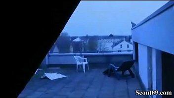 Deutsche MILF schnappt sich Nachbars Jungen zum Ficken