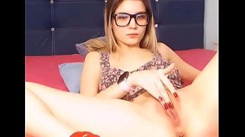 Nerdy innocent teen cums with her dildo in live show - teenmilfcams.com