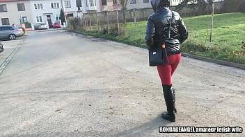 恋物癖的妻子在城市-带罩的PVC羽绒夹克,皮革绑腿,手套和靴子