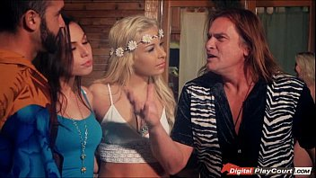 Carmen Caliente and Aidra Fox swap husbands in group sex 6分钟