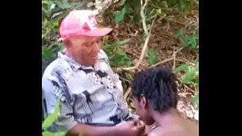 Joven grabada en la selva 7 min