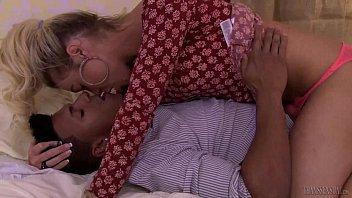 Aubrey Kate seduce a biracial stud - Transsensual 6分钟