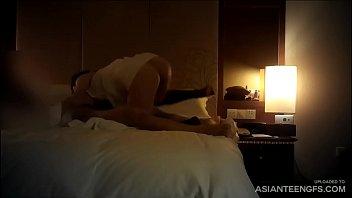 Das zierliche asiatische Mädchen wird in einem Hotel gefickt