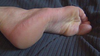 Naked plant Nicoexhib montre ses pieds nus et sexy