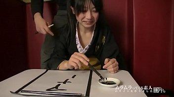 自称書道教室の先生!あまりにも汚い字を書く笑い上戸の彼女のオマンコに筆を挿入してみて腰使いで上手に書けるか実証してみました! 森島みく 1