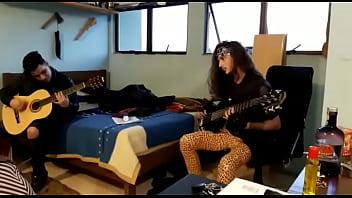 Gibson vintage acoustic Guitarra não aguenta com carlos e acabou estragando, botamos pra fuder com o violão dessa vez. familia assistindo. felizdiadospais com asian hooker acústico.