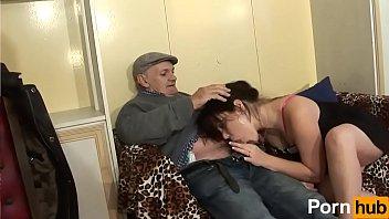 Une pute de la campagne se fait baiser par 2 mecs et un papy