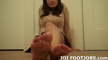 I want to feel your hot cock between my feet 6分钟