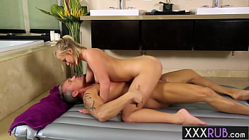 Sexy big ass blonde Bailey Brooke massage professional rode guys huge penis
