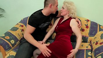 OLD BLONDE MILF FUCKS YOUNG DUDE !!