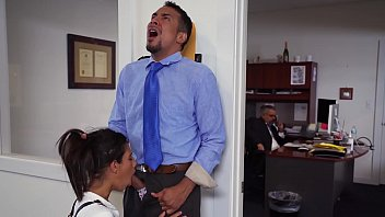 DON'T FUCK MY DAUGHTER - Teen Victoria Valencia Visits Daddy At Work, Takes Dick From His Employee porno izle