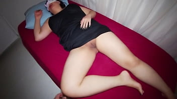 Stepson sneaks into her mom hotel room and fucked her. 5分钟