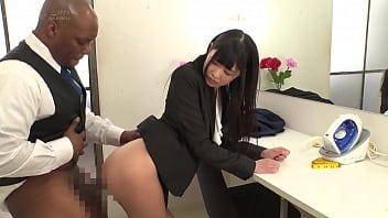 Japanese employees are happy to serve Black foreigners thumbnail