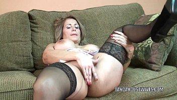 Mature slut Sandie Marquez plays with her Latina pussy 6分钟