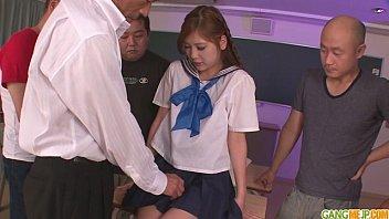 制服を着てる10代中学生が媚薬を飲まされて激しいピストンに狂いまくるのロリ系動画