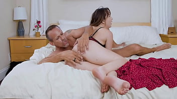 Stepdad and Stepdaughter Having Sex On Mommy's Back – Honey Hayes – Family Strokes 8分钟