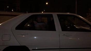 Una chica joven desconocida nos ense&ntilde_a las tetas desde el coche de al lado cuando vamos por la autopista direcci&oacute_n a Barcelona. Con an&eacute_cdotas as&iacute_ se hace el camino m&aacute_s corto.