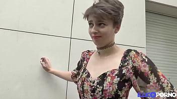 Alice, jeune et jolie brunette, ferait tout pour un trio sexy 15分钟