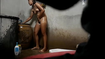 Pretty girl taking a shower 3分钟