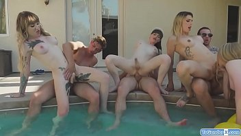 Trannies and guys have a pool party orgy 6分钟
