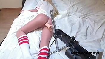 Ultrasilent Fucking Machine vs. Hyperrealistic Sex Doll! [Part 1/2] (www.dolltraining.com) 5分钟