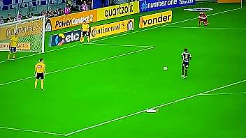 Fábio estrupando os jogadores do Santos nos pênaltis