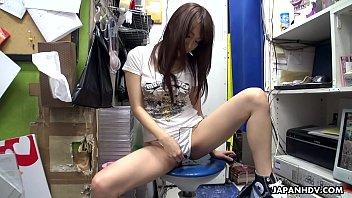 Japanese teen brunette, Mikuni Maisaki is masturbating at work, uncensored 5分钟