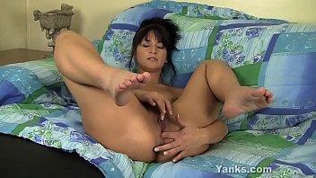 Yanks MILF Tara Masturbates Her Ass