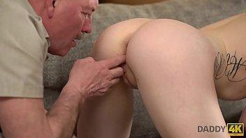 DADDY4K. Skinny Peach spricht Russisch mit BFs Vater, dann ficken sie