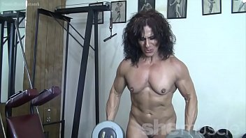 Ripped Female Muscle Cougar Naked in the Gym Vorschaubild