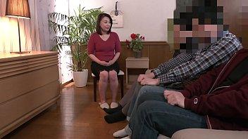 「初めてがおばさんと生じゃいやかしら?」童貞くんが人妻熟女と最高の筆下ろし性交 佐倉由美子