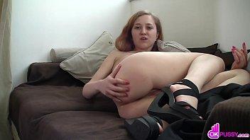 Horny cutie enjoys sensual fingering Vorschaubild