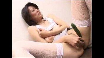 【オナニー】色白美肌が綺麗な熟女が巨乳とマ○コを同時に刺激してオナニーに耽る