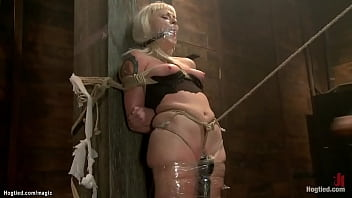 Blonde sub in crotch rope whipped 5分钟