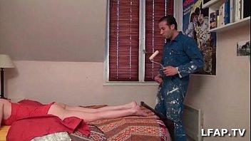 La maitresse suce le peintre en batiment avant de se faire manger la chatte