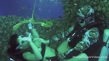 水下潜水时他妈的这个丰满的可爱水下