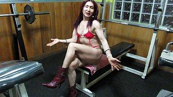 Vaginal workout Workout hot de la escultural diosa milf enseñando vagina