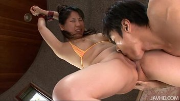 Emiri Takeuchi in cuffs has her trimmed pussy licked and fucked 5分钟