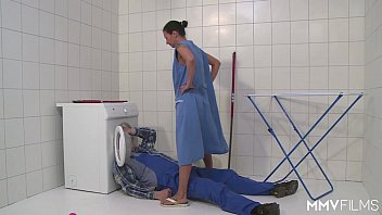 MMV FILMS German Mom draining the plumber 12分钟