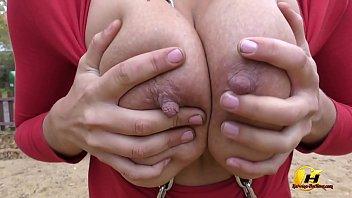 Катерина Хартлова голая в общественном месте и развлекается на качелях