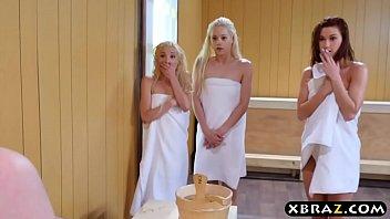 Three teen hotties share a hard monstercock in a sauna 6分钟