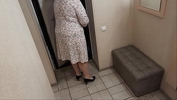 Slut housewife seduces delivery boy 11分钟