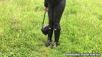 妻子在猎人的便衣和皮革绑腿
