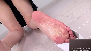 Sole Fetish Put a lotion on the sole of a woman and give out a erotic sound 15分钟